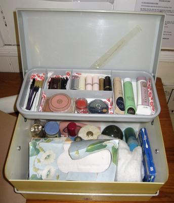 beauty care kit in plastic carry case; Social Care/beauty care kit; 2817/1