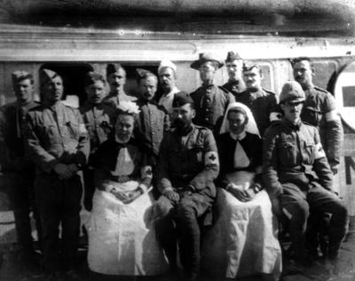 Personnel in front of the white hospital train during the Boer War