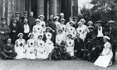 Black and white photograph of Gwy house Red Cross Hospital staff and patients during the First World War