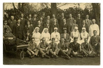 V.A.D.s, medical staff and patients posing on the grounds of a hospital in Cambridge (?)
